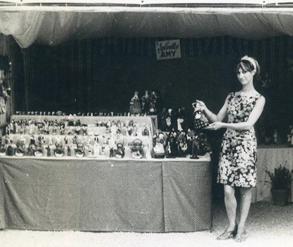 Sylvette AMY posant devand sont stand à Aubagne dans les années 70